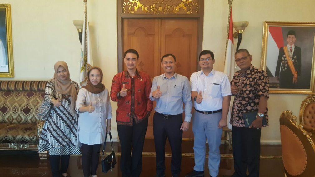 Dekan, Wakil Dekan dan Kabag TU bersama Gubernur Jambi
